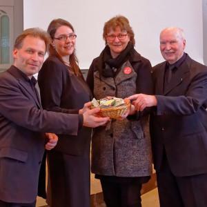 """Spende für """"Willkommen in Wermelskirchen"""" (Kantor Pumpa, Jutta Benedix (Kammerchor), Dorothea Hoffrogge (Willkommen in Wermelskirchen), Karl-Wilhelm Wilke (Posaunenchor)"""